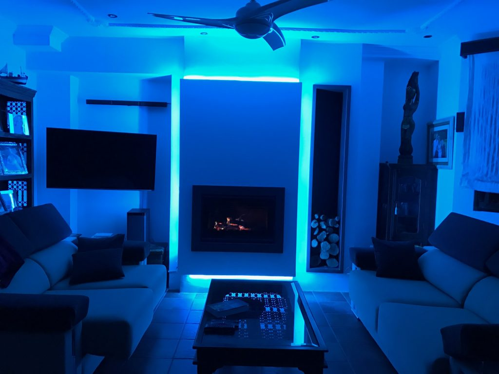 Carbel Kronos 80 con leñero e iluminación leds